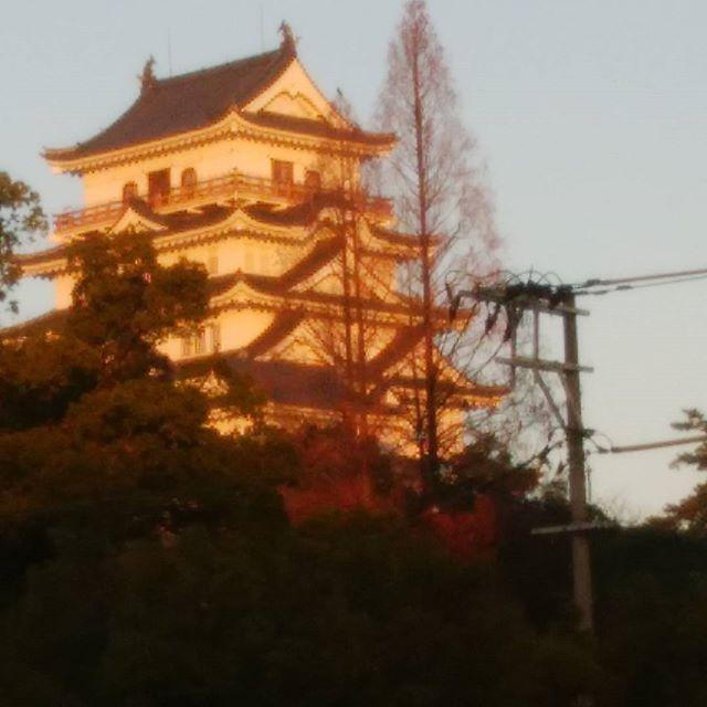 朝日を浴びる 福山城