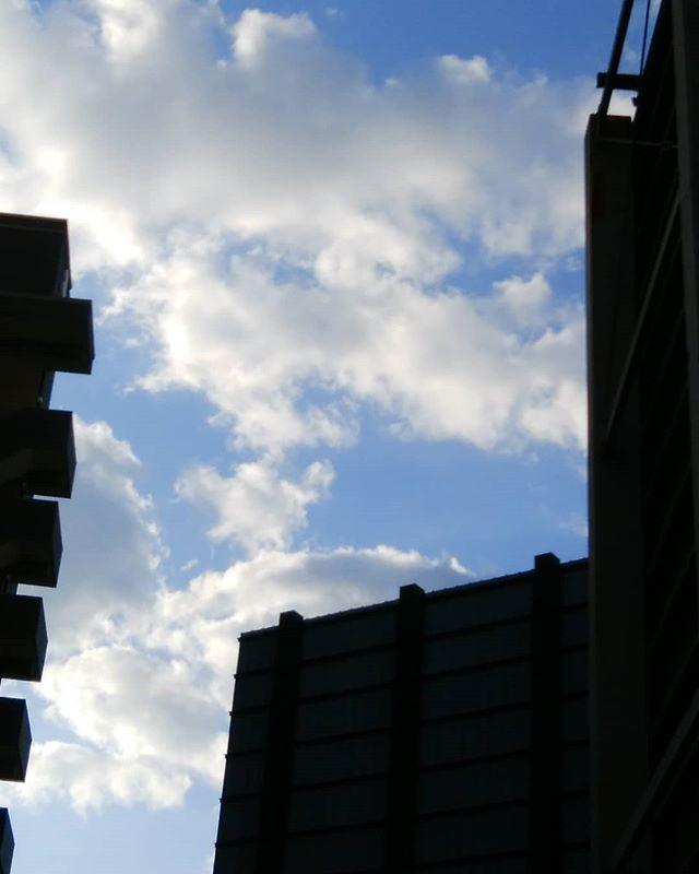銀行帰りフト空を見るこんな角度で見たことない新鮮…#福山神辺 #そら #谷間#くも