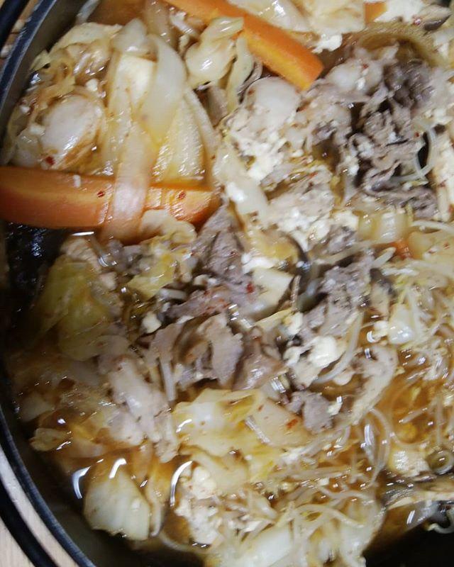 野菜タップリモツ鍋しめは雑炊の予定だったがあまりの量の野菜だったので雑炊は明日のお楽しみ#福山神辺 #モツ鍋#最高!