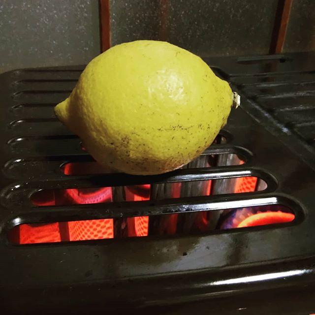 檸檬レモンLemon友人がいつもほろっと嬉しい物を持ってきてくれるでもこのレモンの木は必死にトゲで自衛策を練る  彼女はいつも腕に引掻き傷が……… 採れたてをホッとレモンに………温めてホット体もハートもホットふ〜ふ〜美味しいなぁ#福山神辺#採れたてレモン#焼きレモン #ほっとほっと#ココロもホッとふ〜