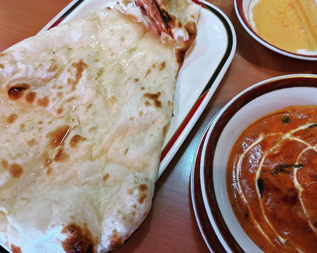 お昼 息子にご馳走になった インド料理ナンと野菜カレーとサラダとラッシーと言う名の飲み物 このナンの大きさには驚いた🤯ぞうり?いやワラジ?びっくり(・・;)美味しさにまたびっくり!ナンと言う?!(笑)#福山神辺 #インド料理店 #びっくりナン